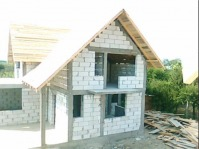 Constructii case la rosu si la cheie